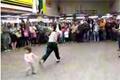 Breakdansare sparkar barn