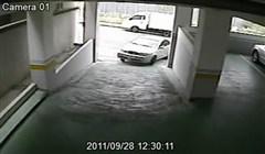 Kvinna parkerar bilen i garaget