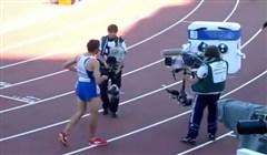 Fransk idrottare attackerar maskot