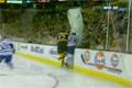 Fet hockeytackling genom plexiglaset